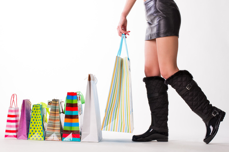 Meisje met winkelen. Vrouw in rubberlaarzen en leerrok. Stockfoto