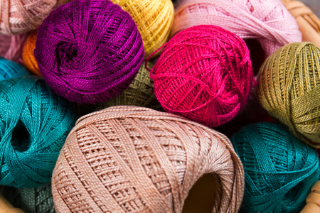 trabajo manual: Colored balls of yarn. View from above. Yarn for knitting. Close-up of colorful threads. Foto de archivo