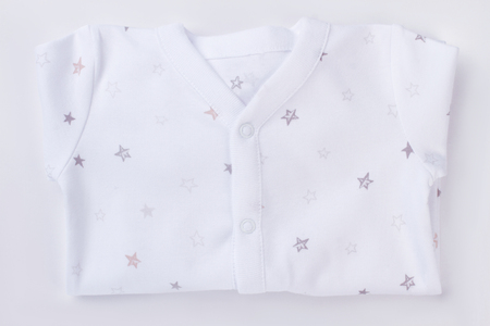 White folded baby pajamas. Isolated background. Banque d'images - 113222136