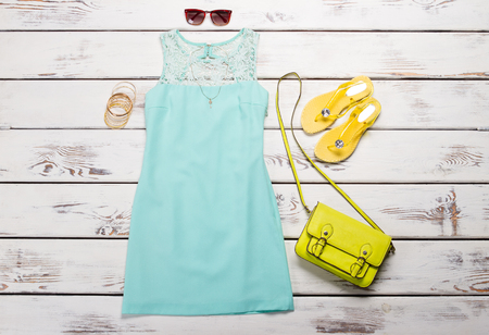 Beautiful turquoise summer dress with bright accessories. 免版税图像