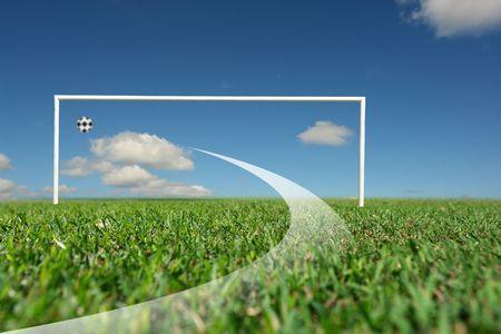 competitividad: Para pasar directamente a la meta, para marcar un gol, y bloon jaula de pie en la hierba y la parte inferior de color azul cielo  Foto de archivo