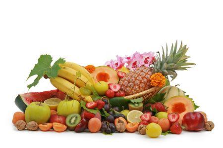 corbeille de fruits: panier de fruits isol�s sur fond blanc Banque d'images