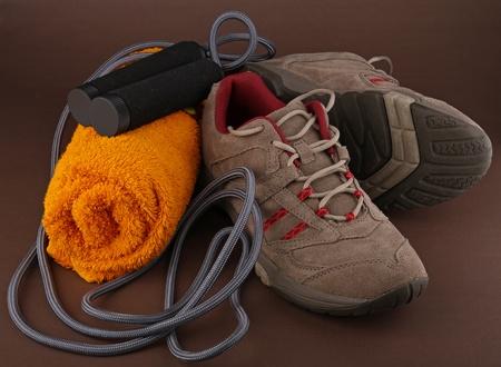 saltar la cuerda: zapatos de ejecuci�n y cuerda de salto Foto de archivo