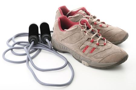 saltar la cuerda: zapatos de jogging y cuerda de salto Foto de archivo