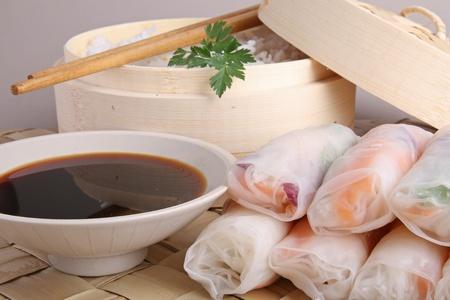 spring roll: cibo di Asia, spring roll, salsa e riso