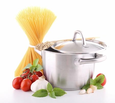 geïsoleerde pan met spaghetti, tomaat en knoflook Stockfoto