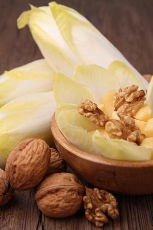 andijvie: andijvie, walnoot, appel en kaas Stockfoto