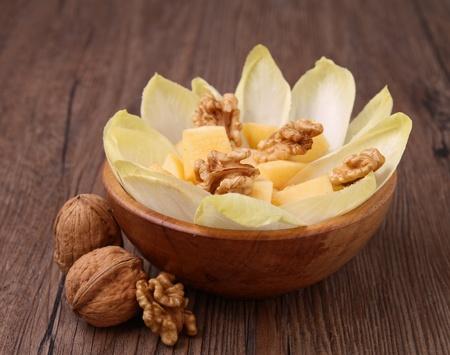 andijvie: gezonde salade met witlof, walnoten en appel
