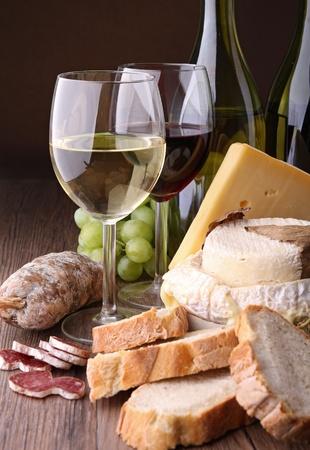 vinos y quesos: copas de vino con pan, chorizo ??y queso