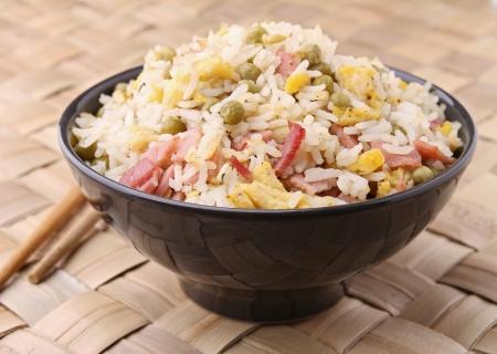 huevos fritos: arroz frito y palillos