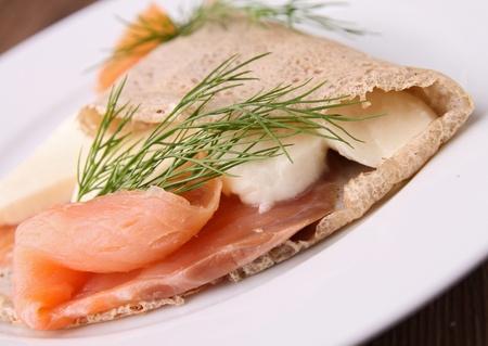 queso de cabra: crepe de trigo sarraceno con queso mozzarella y salmón