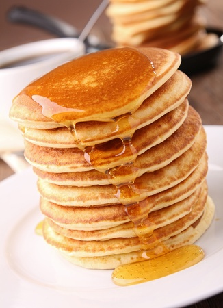 palatschinken: Pfannkuchen Haufen und Sirup Lizenzfreie Bilder