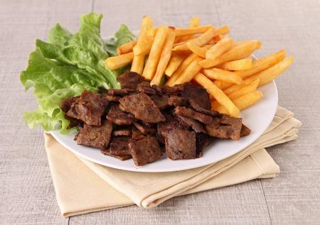 pinchos morunos: doner kebab con patatas franc�s Foto de archivo