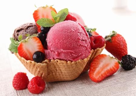 ice cream: kem và trái cây mọng