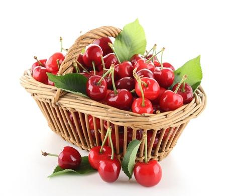 cesta de frutas: mont�n de cerezas y hojas Foto de archivo