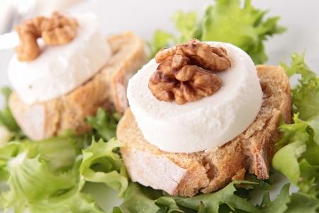 queso de cabra: ensalada con pan tostado y queso de cabra