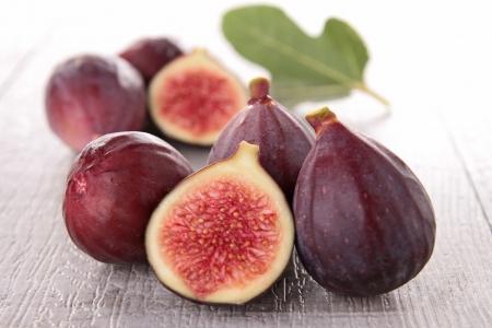 feuille de vigne: groupe de figues fraîches