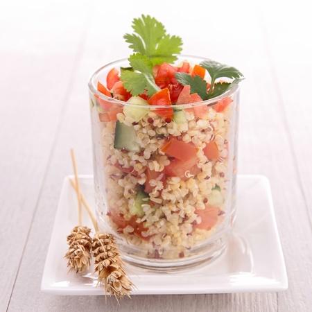 quinua: quinoa con ensalada de pepino y tomate