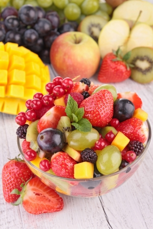 mango fruta: Ensalada de frutas frescas en un recipiente