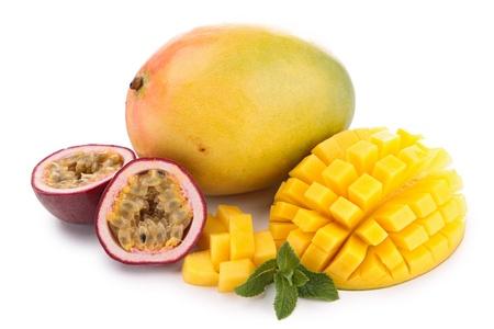 pasion: mango aislado y fruta de la pasi�n