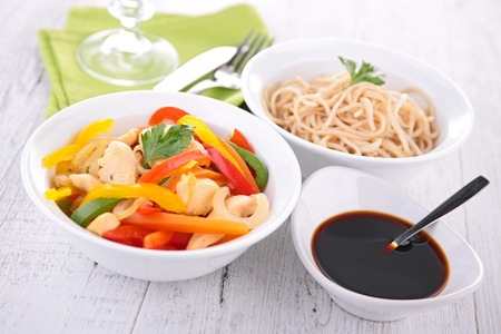 des nouilles, de légumes et de la sauce de soja Banque d'images