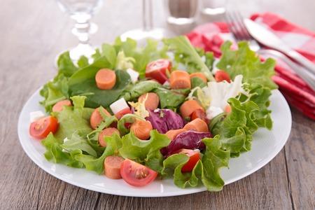 Gemüse-Salat und Wurst