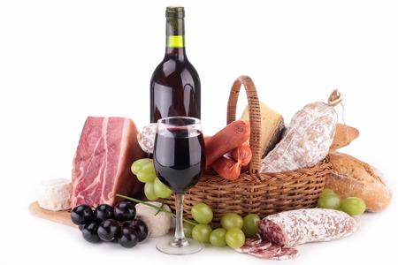 canasta de panes: surtido de embutidos y vino