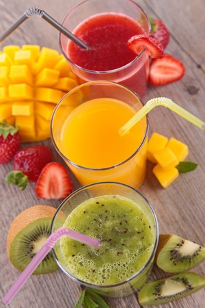 jugo de frutas: jugo de fruta en la mesa de madera