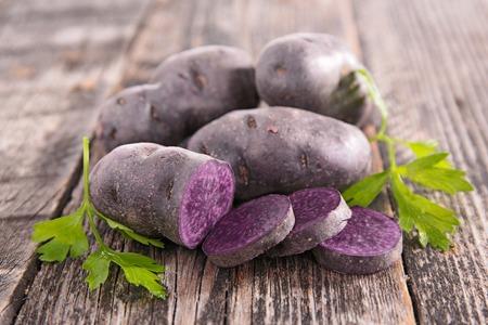 morado: Vitelotte, patata cruda