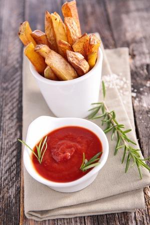 comida rapida: franc�s fritas y salsa de tomate