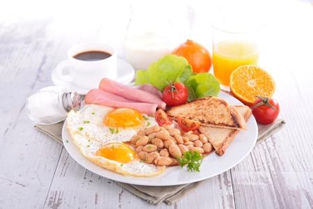 colazione: colazione con fagioli, pancetta e uova Archivio Fotografico