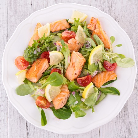 salad with grilled salmon Foto de archivo