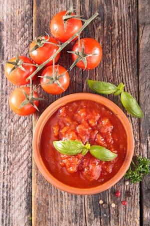 tomato sauce: salsa de tomate y albahaca