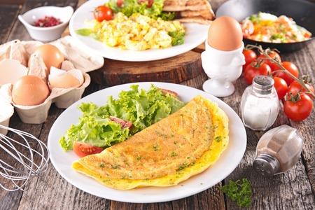huevo: tortilla, huevo frito, huevos revueltos Foto de archivo