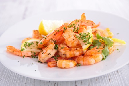 fried shrimps with garlic and parsley Standard-Bild