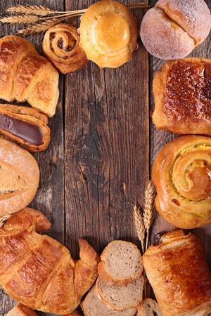 Auswahl an Croissants, Brot und Gebäck