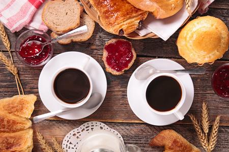 desayuno: desayuno con la taza de caf� y pasteles Foto de archivo