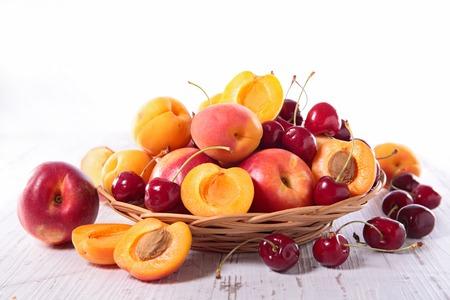 canasta de frutas: cesta de mimbre con frutas Foto de archivo