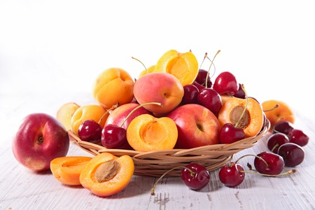panier fruits: panier en osier avec des fruits