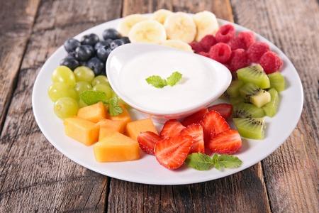 fresa: frutas y salsa de yogur