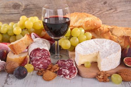 embutidos: vino, queso, salchichas y pan Foto de archivo