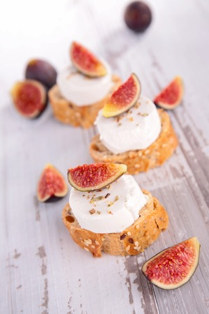 fig: bread with cheese and fig