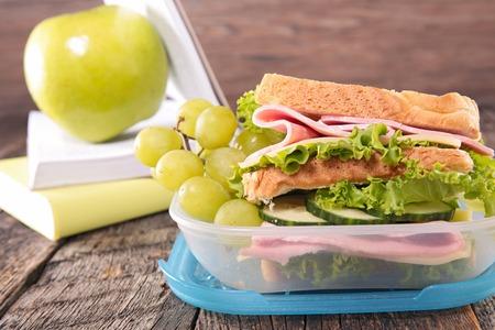to lunch: almuerzo escolar con el emparedado Foto de archivo