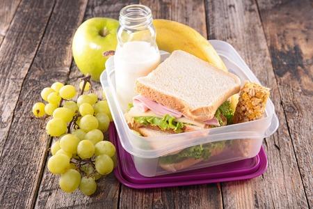 caja de leche: caja de almuerzo, almuerzo escolar con el emparedado Foto de archivo