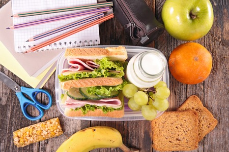 comiendo cereal: almuerzo escolar sándwich