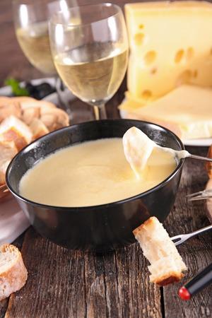 comiendo pan: fondue de queso