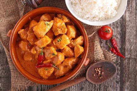 arroz: el curry de pollo con salsa y arroz Foto de archivo