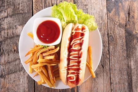 plato de comida: perro caliente y franc�s fritas