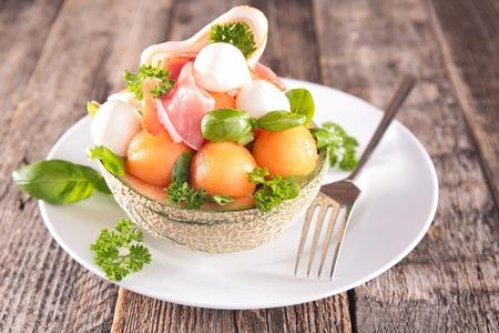 jamones: ensalada con melón, mozzarella y albahaca