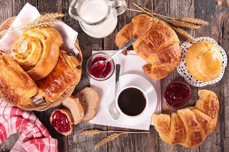 desayuno: taza de caf�, croissant y leche Foto de archivo
